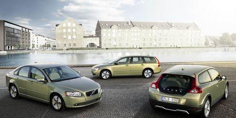 Tire, Wheel, Motor vehicle, Mode of transport, Automotive design, Vehicle, Land vehicle, Automotive mirror, Car, Automotive parking light,