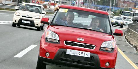 Motor vehicle, Automotive design, Vehicle, Road, Automotive mirror, Vehicle registration plate, Land vehicle, Car, Infrastructure, Automotive lighting,