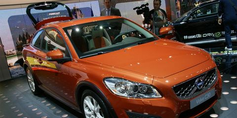 Tire, Wheel, Motor vehicle, Automotive design, Vehicle, Land vehicle, Automotive lighting, Headlamp, Car, Grille,