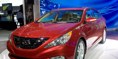 Motor vehicle, Mode of transport, Automotive design, Vehicle, Automotive lighting, Transport, Glass, Land vehicle, Automotive mirror, Car,