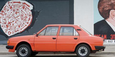Tire, Wheel, Automotive design, Vehicle, Land vehicle, Automotive parking light, Car, Classic car, Hat, Fender,