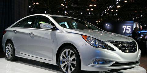 Motor vehicle, Wheel, Mode of transport, Automotive design, Vehicle, Land vehicle, Car, Glass, Headlamp, Automotive lighting,