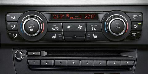 Vehicle audio, Center console, Luxury vehicle, Electronics, Radio, Personal luxury car, Machine, Silver, Multimedia, Satellite radio,