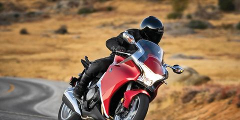 Motorcycle, Automotive design, Automotive tire, Motorcycle helmet, Motorcycling, Helmet, Motorcycle racing, Automotive lighting, Fender, Personal protective equipment,