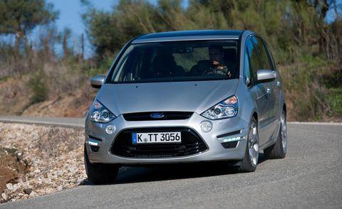 Tire, Automotive design, Blue, Daytime, Vehicle, Land vehicle, Transport, Car, Full-size car, Glass,