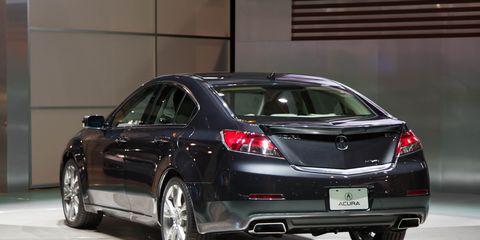 Tire, Automotive design, Vehicle, Land vehicle, Car, Rim, Alloy wheel, Automotive tire, Automotive tail & brake light, Automotive exterior,
