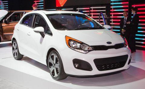 Motor vehicle, Tire, Wheel, Automotive design, Vehicle, Land vehicle, Automotive lighting, Headlamp, Car, Automotive mirror,
