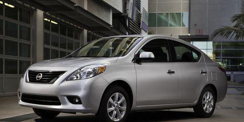 Tire, Motor vehicle, Wheel, Automotive mirror, Daytime, Vehicle, Land vehicle, Glass, Headlamp, Automotive lighting,