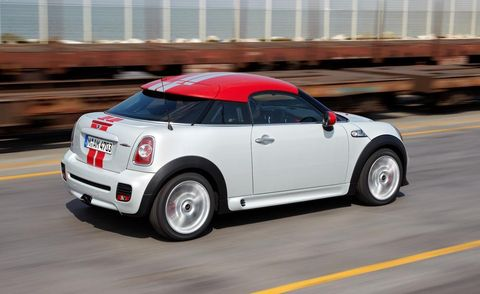 Motor vehicle, Tire, Wheel, Automotive design, Automotive tire, Vehicle, Road, Land vehicle, Transport, Automotive lighting,