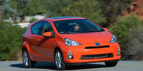Tire, Motor vehicle, Wheel, Mode of transport, Automotive design, Daytime, Automotive mirror, Vehicle, Transport, Land vehicle,