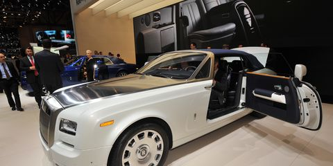 Motor vehicle, Tire, Wheel, Automotive design, Vehicle, Automotive wheel system, Automotive lighting, Automotive exterior, Car, Automotive tire,