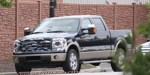 Motor vehicle, Wheel, Tire, Automotive tire, Vehicle, Land vehicle, Automotive parking light, Rim, Transport, Hood,
