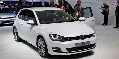 Tire, Automotive design, Vehicle, Land vehicle, Car, Automotive mirror, Automotive tire, Alloy wheel, Rim, Bumper,