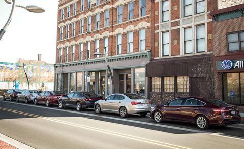 Wheel, Land vehicle, Window, Vehicle, Automotive parking light, Car, Street light, Rim, Full-size car, Alloy wheel,