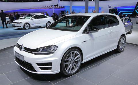 Tire, Wheel, Automotive design, Vehicle, Land vehicle, Automotive tire, Event, Car, Alloy wheel, Rim,