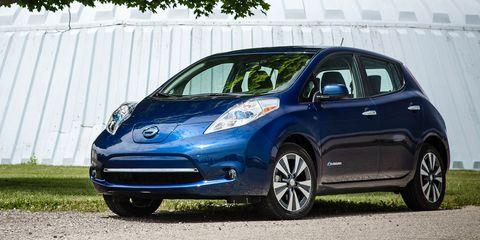 Tire, Wheel, Motor vehicle, Automotive design, Vehicle, Automotive mirror, Land vehicle, Glass, Car, Headlamp,