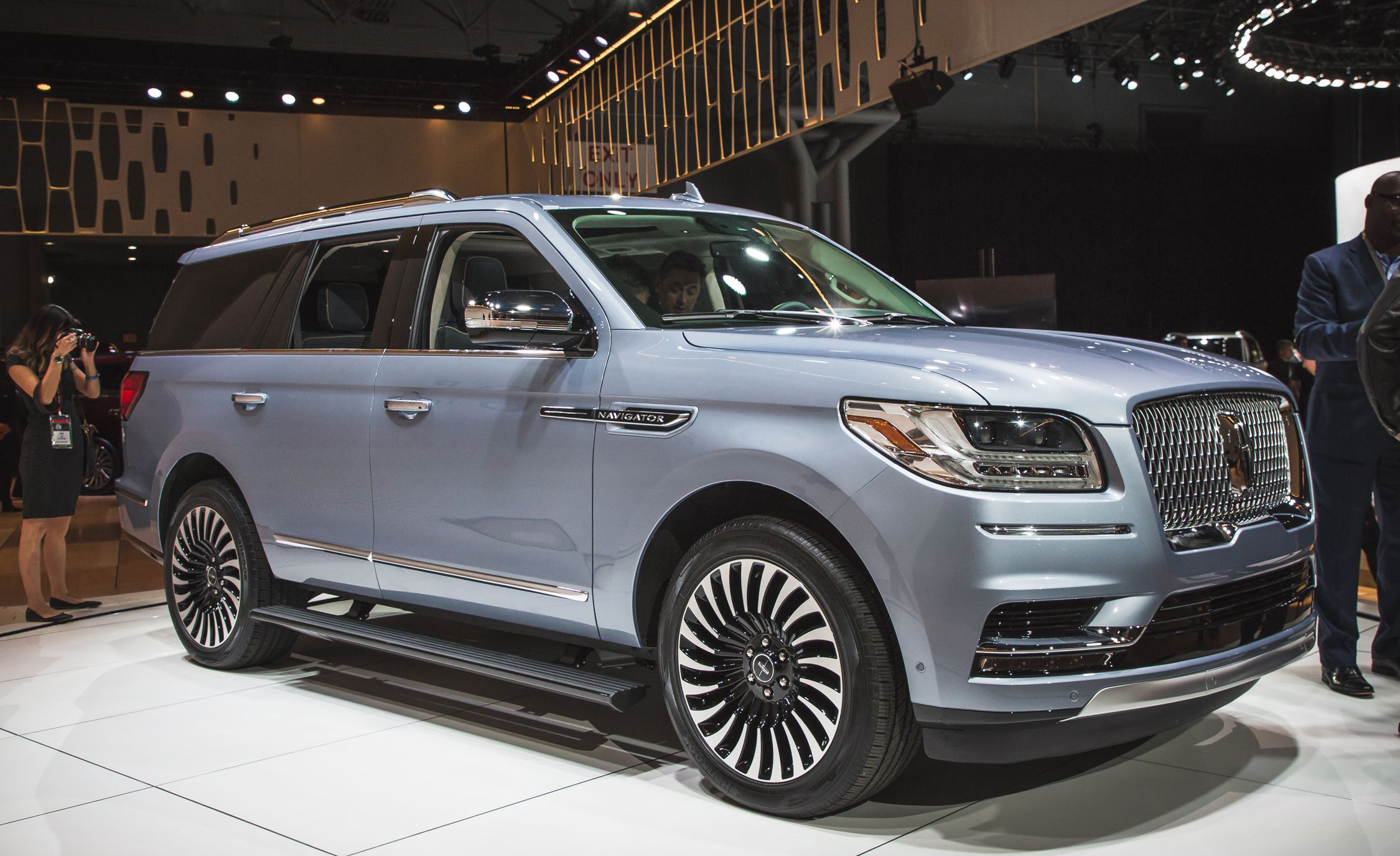 2018 Lincoln Navigator Photos And Info News Car And Driver