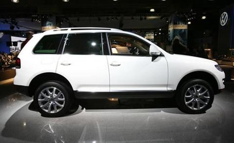 Tire, Wheel, Automotive design, Land vehicle, Automotive tire, Vehicle, Rim, Car, Alloy wheel, Automotive exterior,