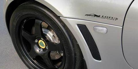 Tire, Wheel, Automotive tire, Automotive design, Alloy wheel, Automotive exterior, Automotive wheel system, Rim, White, Spoke,
