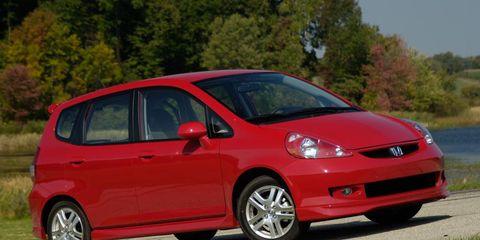 Tire, Motor vehicle, Wheel, Automotive mirror, Automotive design, Daytime, Vehicle, Window, Land vehicle, Automotive wheel system,