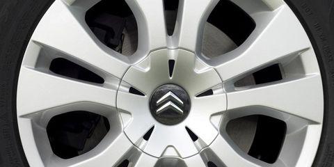 Alloy wheel, Spoke, Automotive design, Automotive wheel system, Rim, White, Hubcap, Synthetic rubber, Auto part, Automotive tire,