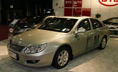 Motor vehicle, Tire, Wheel, Mode of transport, Vehicle, Land vehicle, Automotive tire, Glass, Automotive design, Automotive mirror,