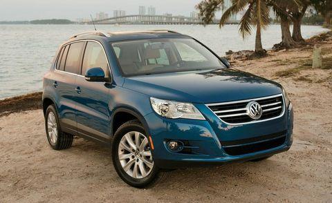Tire, Motor vehicle, Wheel, Mode of transport, Daytime, Vehicle, Automotive tire, Glass, Automotive mirror, Land vehicle,