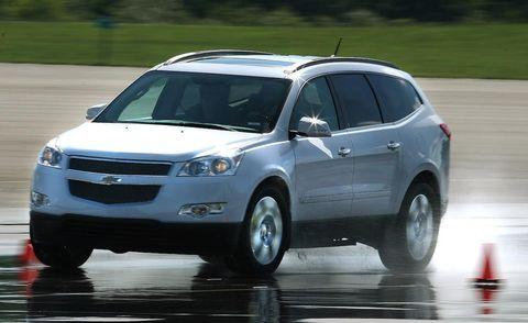 Tire, Motor vehicle, Wheel, Automotive mirror, Automotive design, Daytime, Vehicle, Automotive tire, Land vehicle, Headlamp,