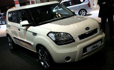 Motor vehicle, Wheel, Tire, Automotive design, Vehicle, Land vehicle, Automotive mirror, Car, Headlamp, Vehicle door,