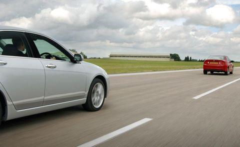 Motor vehicle, Mode of transport, Automotive design, Road, Automotive mirror, Daytime, Vehicle, Land vehicle, Automotive tail & brake light, Transport,