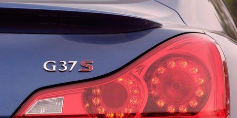 Automotive tail & brake light, Automotive design, Automotive lighting, Red, Car, Amber, Light, Automotive light bulb, Luxury vehicle, Trunk,