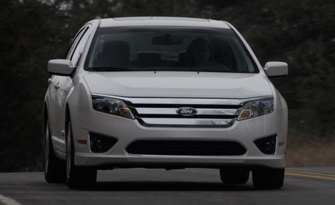 Tire, Motor vehicle, Wheel, Automotive design, Daytime, Vehicle, Glass, Land vehicle, Transport, Automotive lighting,