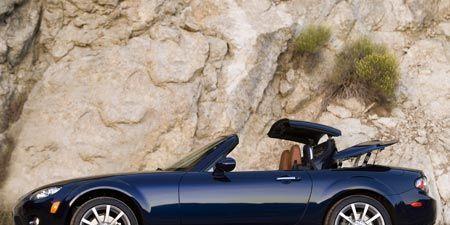 Tire, Wheel, Automotive design, Mode of transport, Vehicle, Land vehicle, Alloy wheel, Rim, Automotive mirror, Car,