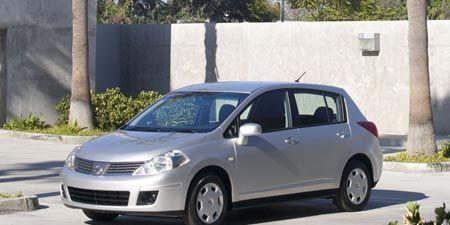Tire, Motor vehicle, Wheel, Automotive mirror, Mode of transport, Automotive design, Daytime, Vehicle, Car, Alloy wheel,