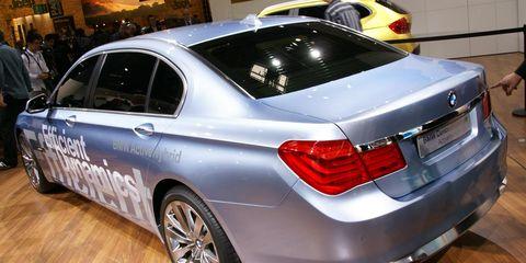 Tire, Wheel, Mode of transport, Automotive design, Vehicle, Alloy wheel, Vehicle registration plate, Spoke, Land vehicle, Automotive lighting,