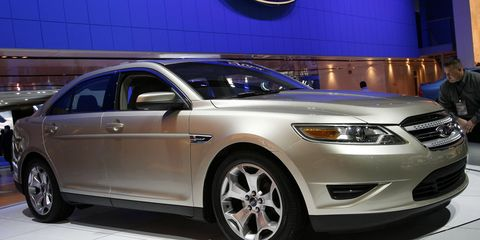 Tire, Wheel, Automotive design, Automotive tire, Product, Vehicle, Land vehicle, Event, Headlamp, Automotive lighting,