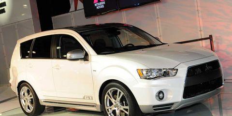 Tire, Wheel, Motor vehicle, Automotive tire, Automotive design, Product, Daytime, Vehicle, Automotive exterior, Automotive mirror,