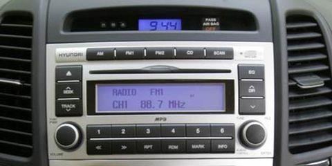 Vehicle audio, White, Car, Electronics, Technology, Grey, Luxury vehicle, Multimedia, Machine, Center console,