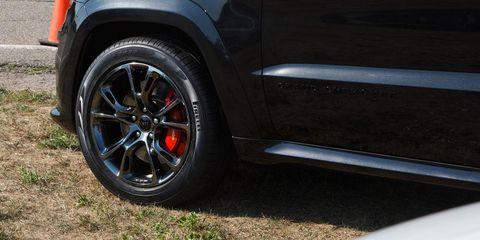 Tire, Automotive tire, Alloy wheel, Rim, Automotive exterior, Automotive wheel system, Tread, Fender, Automotive parking light, Automotive lighting,