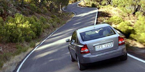 Motor vehicle, Road, Automotive tail & brake light, Mode of transport, Vehicle, Automotive design, Land vehicle, Automotive mirror, Infrastructure, Automotive lighting,