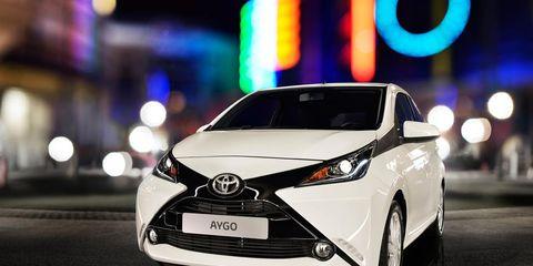 Motor vehicle, Mode of transport, Automotive design, Vehicle, Headlamp, Transport, Glass, Automotive mirror, Automotive lighting, Car,