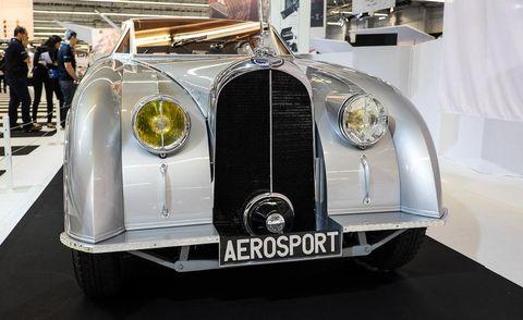 Motor vehicle, Mode of transport, Automotive design, Automotive lighting, Transport, Headlamp, Grille, Classic car, Automotive exterior, Car,