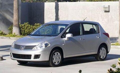 Tire, Wheel, Motor vehicle, Automotive mirror, Mode of transport, Automotive design, Daytime, Vehicle, Transport, Land vehicle,