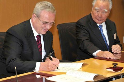 Martin Winterkorn, chairman of the board of management of Volkswagen AG, and Osamu Suzuki, CEO Suzuki