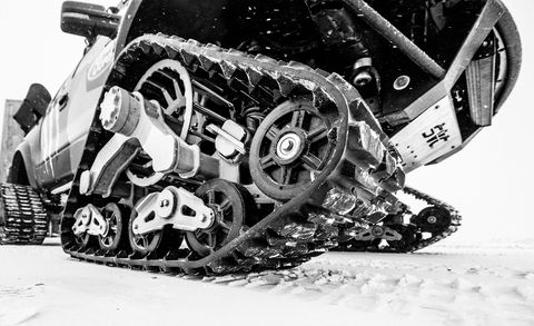 Bicycle drivetrain part, Crankset, Groupset, Machine, Auto part, Gear, Bicycle chain, Motorcycle accessories, Synthetic rubber, Black-and-white,
