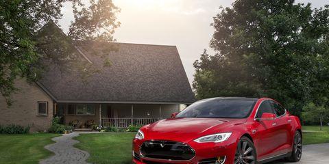 Tire, Wheel, Automotive design, Vehicle, Automotive mirror, Rim, Car, Grille, Tree, Automotive lighting,