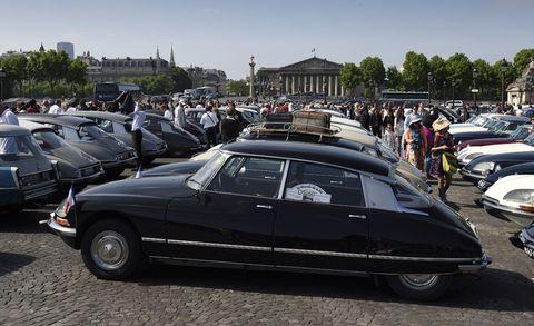Tire, Wheel, Mode of transport, Land vehicle, Vehicle, Classic car, Car, Fender, Automotive parking light, Classic,