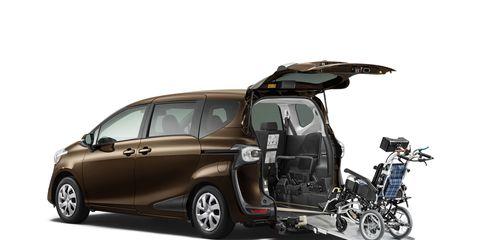 Motor vehicle, Wheel, Tire, Mode of transport, Automotive mirror, Automotive design, Vehicle, Land vehicle, Vehicle door, Transport,