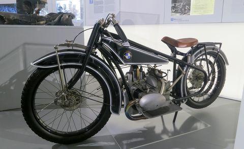 Tire, Motorcycle, Motor vehicle, Wheel, Automotive tire, Automotive design, Fuel tank, Spoke, Rim, Fender,