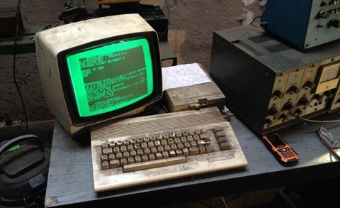 A Still-Functioning Auto Shop Relies on This Ancient Commodore 64 Computer